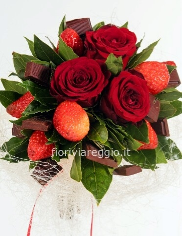 Bouquet con rose, fragole e cioccolata