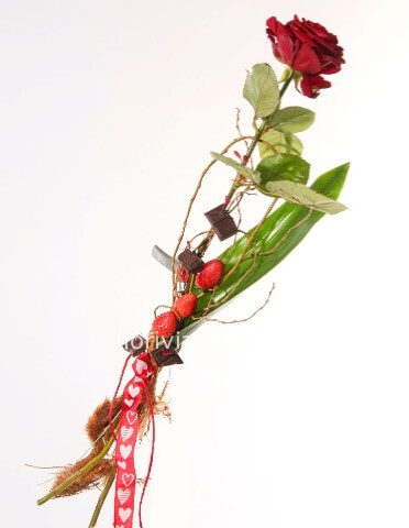 Rose rosse con fragole e cioccolata
